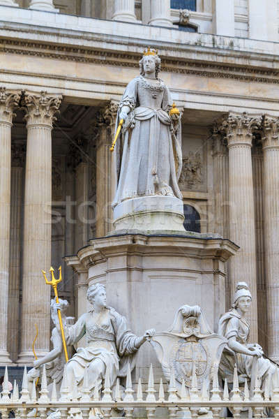 Queen anne statue in front of st paul 39 s cathedral london for La regina anne house